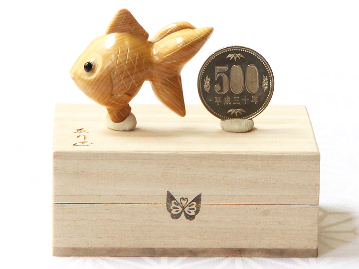 黄楊帯留め 金魚 500円玉との大きさ比較